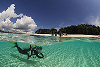 Asia, Philippines, Palawan, Busuanga, Dimakya Island, Splitshot, Split image, diver in shallow water in front of the beach, splitimage
